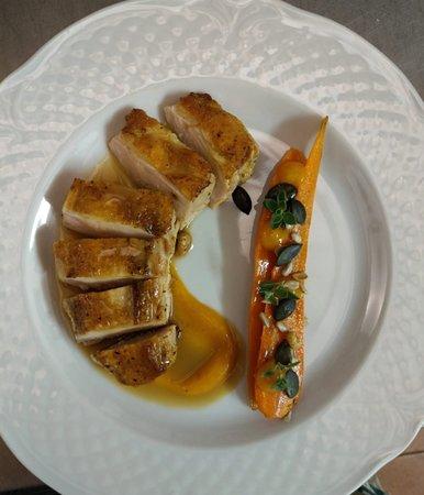Petto di faraona cotto a bassa temperatura con carote in padella e semi croccanti