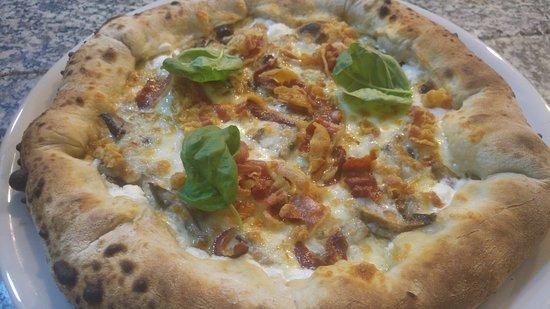 Pizza con cornicione ripieno, bacon e funghi