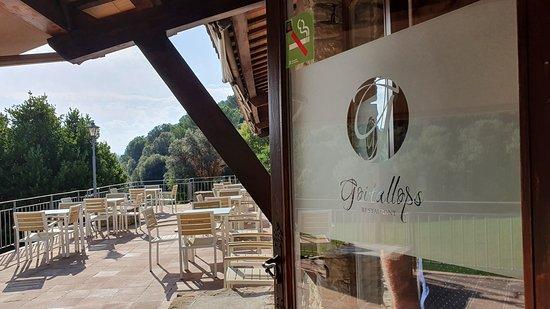 Taradell, España: La terraza del Restaurant Goitallops. Ideal para el antes o después de la comida. Unas verdes vistas para el vermut o el café