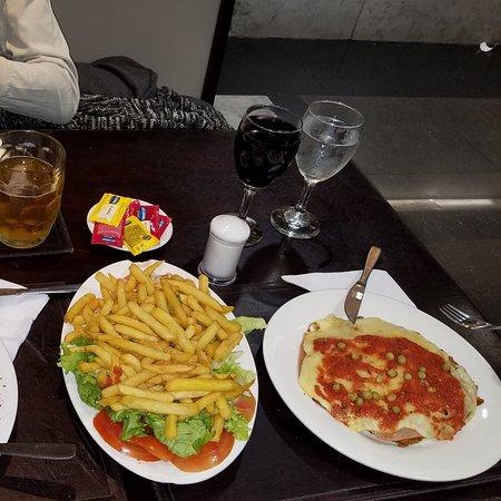 Cena exquisita en el Mundo de la Pizza de Montevideo Shopping,todo salió $2.400,sin la propina,que obviamente dejamos el 10 x ciento.Riquisimo y excelente atencion.Fuimos x cumple de mi hermano y pasamos bárbaro ¡!!