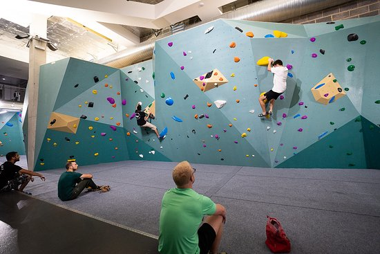 Hayes, UK: Spacious bouldering area with safety matting below.