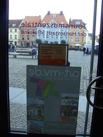 In der Tourist Information, in Stralsund.... Mit Blick nach draussen....