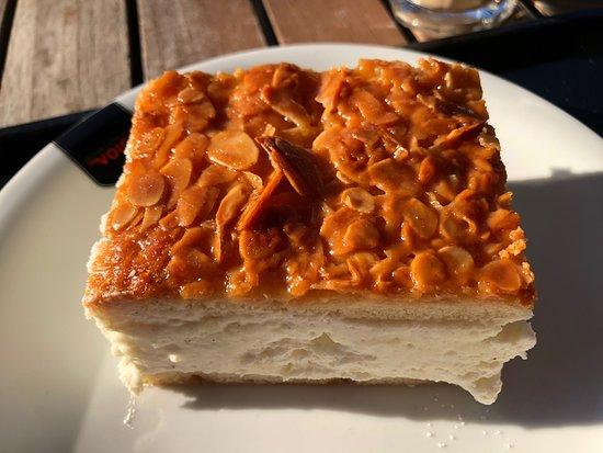 Poppelsdorf, เยอรมนี: Frühstück mit Rührei und Bienenstich
