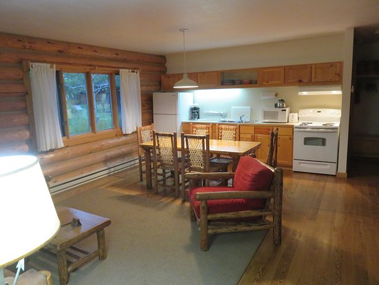 Dornan's Spur Ranch Cabins: Nice kitchen and living room area.
