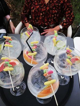 Estas preciosas copas decoradas y con rica bebida las hemos tomado en la terraza de Auzoa.