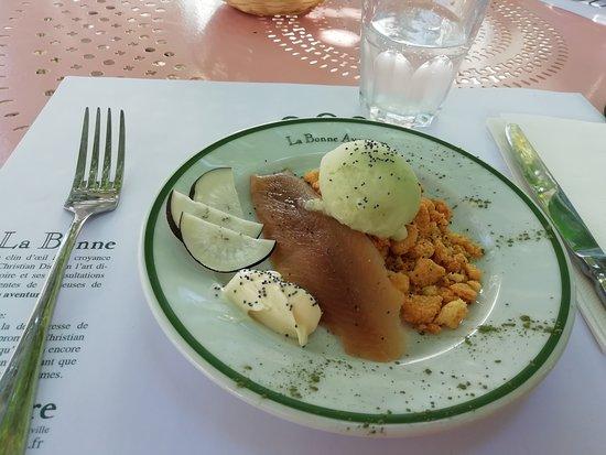 Hareng Fumé avec son sorbet au concombre, crumble et pomme. Étrangement délicieux.