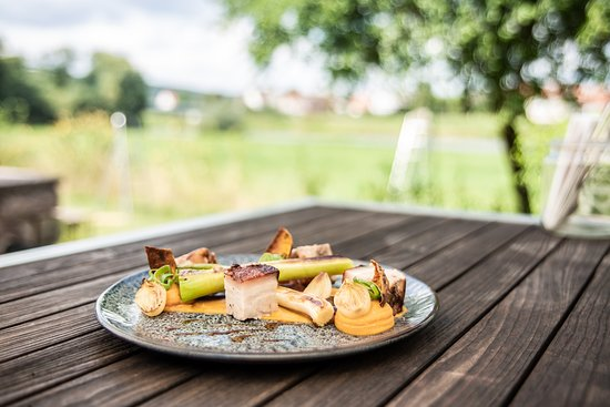 Hehlen, Almanya: WAMMERL - Schweinebauch sous vide gegart, Süßkartoffel, Perlzwiebeln, Frühlingslauch, Biersoße