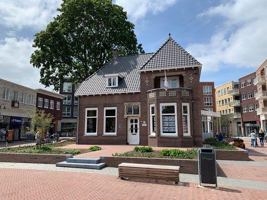 Unieke locatie in het centrum van Rosmalen. Een oude historische villa met daaraan een architectonische moderne serre.
