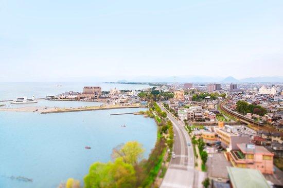 三方を琵琶湖に囲まれた絶景のロケーション。