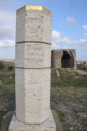 Casalnuovo Monterotaro, Ιταλία: Sullo sfondo la torre ciò che resta , davanti la colonna di celebrazione che ricorda le date di nascita e di morte di Federico II