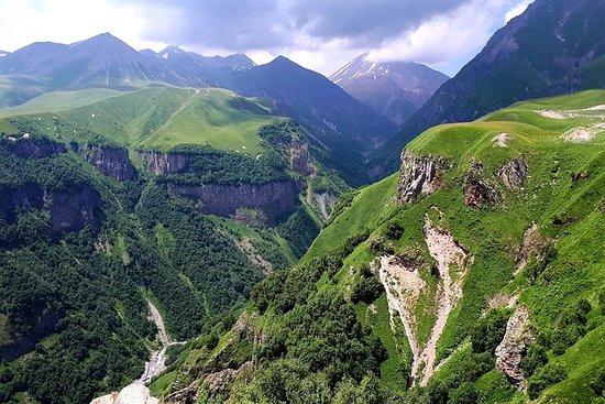 Kazbegi er en fjellklatrer første...