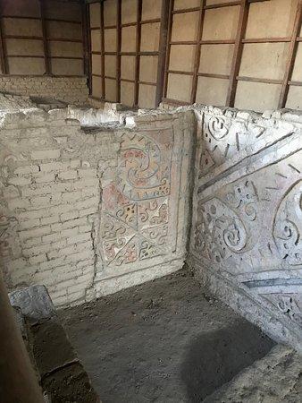 神殿内部。こちらにも壁画。構造も立体的で面白い。