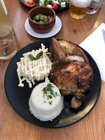 Medio pollo con ensalada rusa y arroz