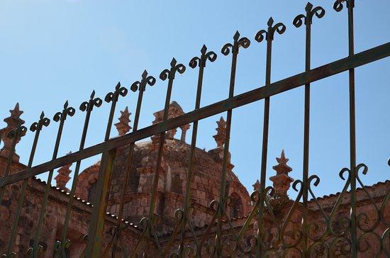Pucara, Peru: Kopule kostela Iglesia Santa Isabel na Plaza de Armas v Pucará