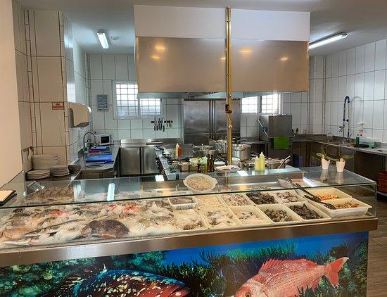 Nuestro expositor de pescado  fresco y cocina donde poder comprobar cómo te hacen tu comida .