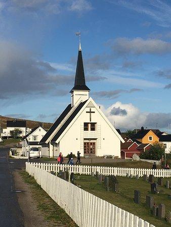 Bugoynes, Norvégia: Kirken med kirkegården foran