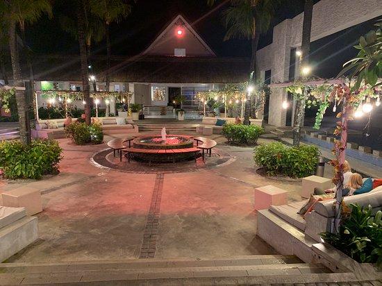 La place centrale où se tiennent les spectacles.