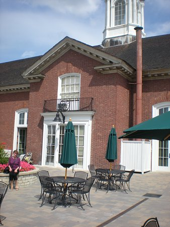 Wellsville, NY: The patio at the back of the library.  This summer of 2019 the library did lunch on the patio each Tuesday, provided by local restaurants.