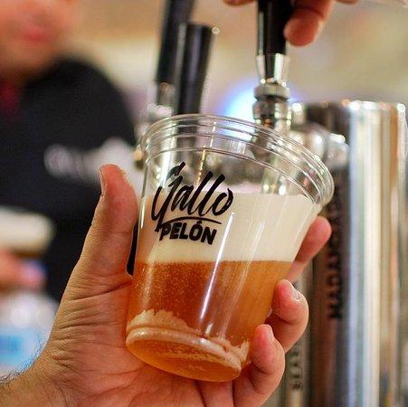 Santiago de los Caballeros, Dominikánská republika: Madamsagá, una cerveza clara, ligera de cuerpo y sabor agradable con gentiles notas aromáticas a miel. #GalloPelonRD en @oktoberfestdo!