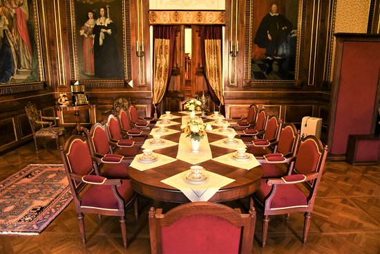 Niasviz, Hviterussland: Sala da pranzo all'interno del Castello di Njasviz, fatto costruire quale residenza della famiglia Radziwill e oggi patrimonio Unesco - Bielorussia centrale. Cliccare sulla foto per vederla così come scattata.