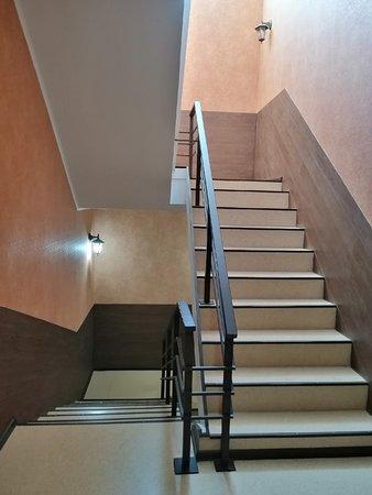 Лестница, ведущая от стойки RECEPTION на жилые этажи