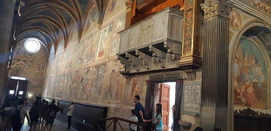 la vista de uno de los laterales, de un lado la historia y del otro escenas de la Biblia