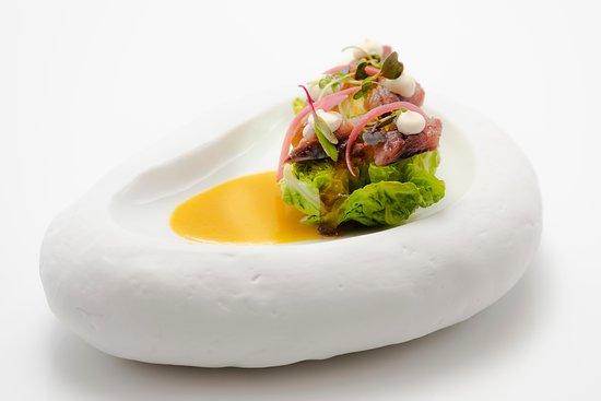 Cogollo, sardina ahumada, gel de vermut, limón y escabeche fino de zanahoria