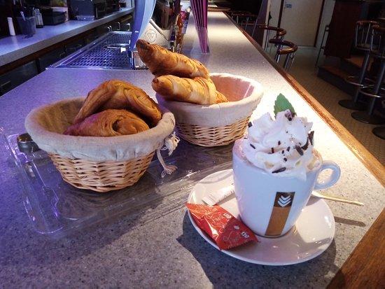 Auxonne, Frankrike: Café, thé, cappuccino, café au lait, café viennois, chocolat chaud, chocolat viennois... croissants et pain au chocolat tous les matins.