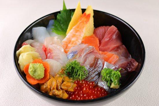 かねはち海鮮丼: 当店の一番人気メニューです。 10種類以上のネタを使用しています。 沼津魚市場仲買人直営だからできるこの丼です。 一度試してみてください。
