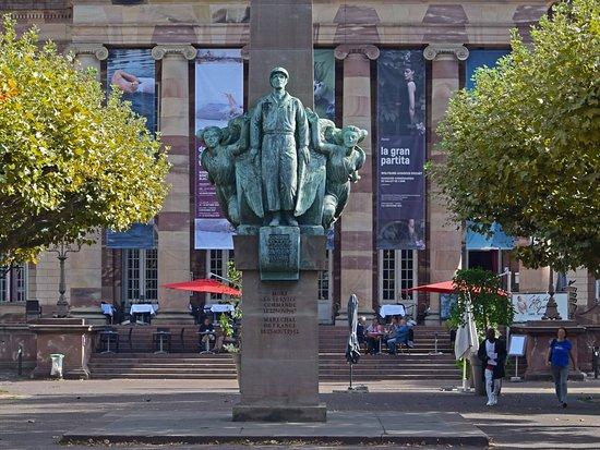Страсбург. Памятник генералу Леклерку перед зданием оперы