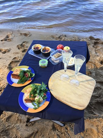 Pittwater, Australia: Lunch on one of our customised romantic paddles