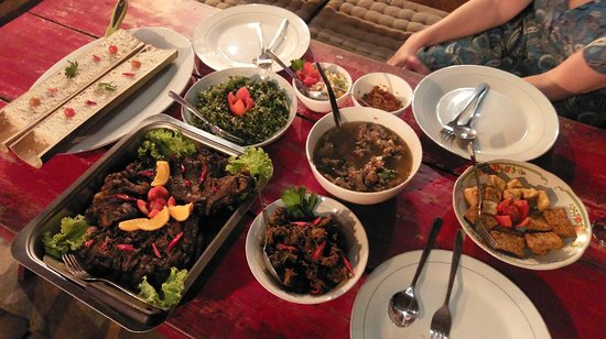 Moni, Indonesië: Special treat at Mopi's. You will need to pre order meal as advised on menu. Well worth the effort for a small group.