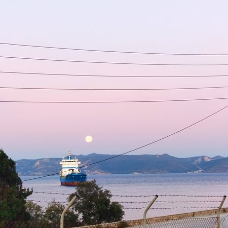 Kanava, Hellas: 🌕💖🇬🇷One beautiful day I started with the magnificent full moon leaving us in her arms in the beautiful hands of the charming autumn sun.🇬🇷💖☀️