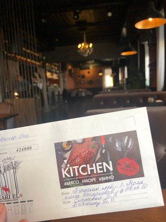 Гости, в минуты ожидания подачи блюда, пишут письма друзьям и родственникам в другие города.