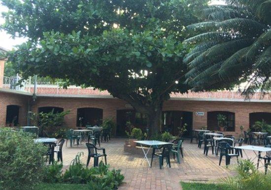 Filadelfia, Paraguay: Patio con servicio de restaurante