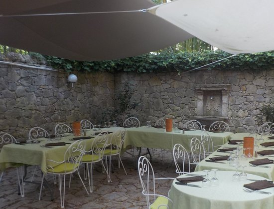 Belgentier, Frankrike: Le coin familiale, sous les toiles de voile en spi.
