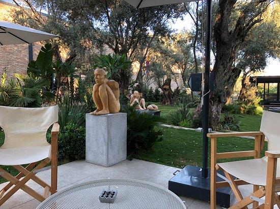 arka bahçede serpiştirilen heykellerden biri