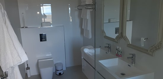 Noordhoek, Južná Afrika: Pincushion spacious designer ensuite bathroom. equipped with plush towels and quality shampoo, conditioner and soap