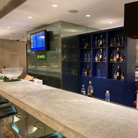 Queen Alia Intl Airport: Nice lounge with full services and plenty of choices for drinks and food 👏👏👏👏