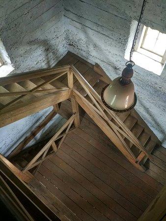 Sigulda Evangelic Lutheran Church: вот такая лестница ведет на смотровую площадку храма