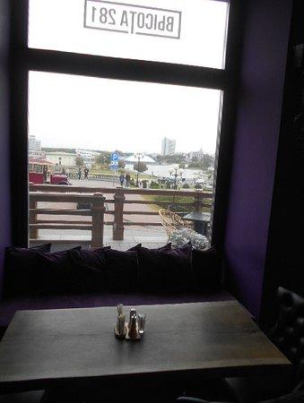 Bild på ett litet torg utanför restaurangen.