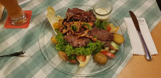 Hohenbrunn, Deutschland: Salat mit gegrilltem Fleisch und Pfifferlingen