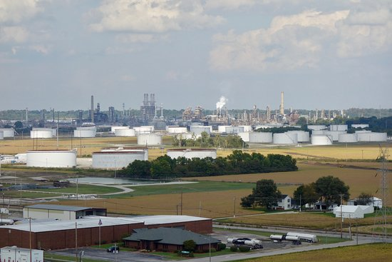 Hartford, IL: Great view of refineries and fuel storage tanks!