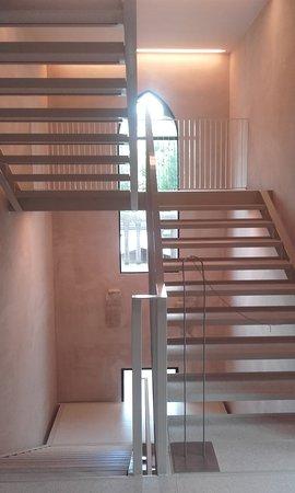 nové schodiště s historickým stropem