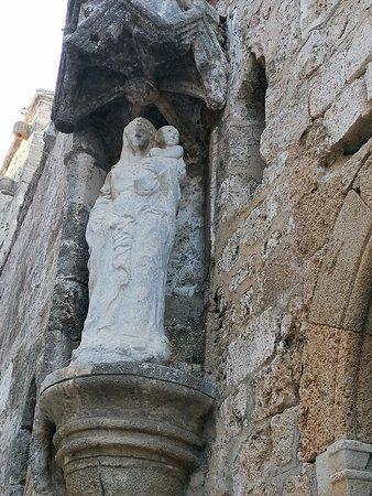 Церковь Святой Троицы.Храм был построен рыцарями языка Англии в 1365/74 год.