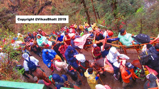 Yamunotri Yatra From Rishikesh: It can get damn crowded in narrow trail last 3 kms. A serious bottleneck.