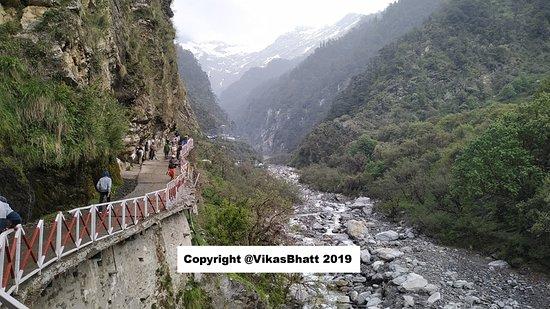 Yamunotri Yatra From Rishikesh: The narrow trail up to temple trekking.