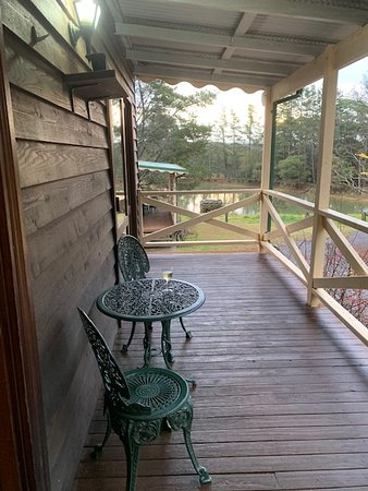 Kurrajong Heights, Australia: Lovely sitting on the veranda having a cup of tea or glass of  wine!