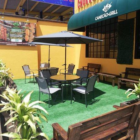 una agradable terraza de recepción, ven y disfruta en Canecao Grill
