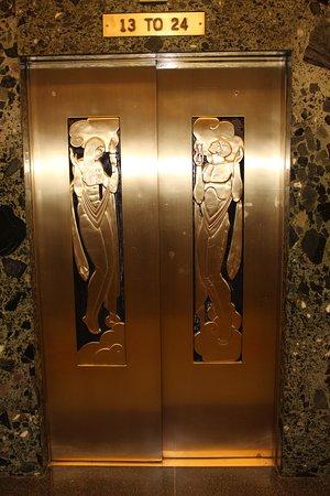 Excursão a pé por Chicago: Arranha-céus Art Deco: Loved the details on the elevators.